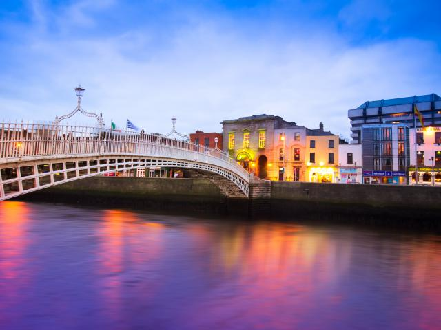 Dublin , Ha-penny Bridge , Temple Bar Hotel,